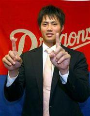 契約を更改して笑顔を見せるチェン=名古屋市中区・中日球団事務所