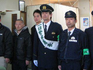 警察官の制服が凛々しい岩瀬と署員のみなさん