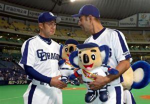 お立ち台の川井雄太(左)と和田一浩=ナゴヤドーム
