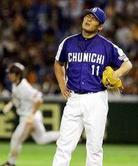 2回裏、巨人・小笠原(右)に本塁打を打たれ悔しがる川上憲伸=東京ドーム