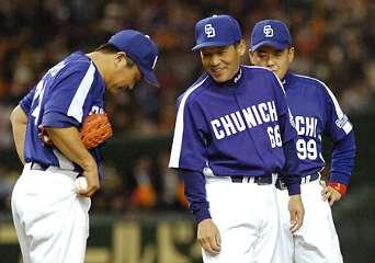 5回裏、降板する中日・山本昌(左)に声を掛ける落合監督=東京ドーム