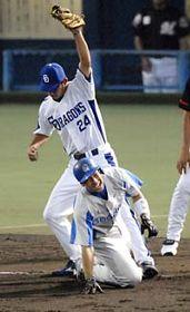3回表、左中間に二塁打を放った銀仁朗(グッドウィル)が三塁を狙うがタッチアウト。三塁手堂上直倫(中日)=松山