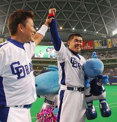 試合後、立浪和義(左)とともにファンの声援に応える中村紀洋=ナゴヤドーム