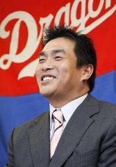 契約更改を終え、笑顔で記者会見する山本昌=26日午後、名古屋市中区