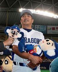 お立ち台で笑顔をみせる22年連続勝利を達成した山本昌=ナゴヤドーム