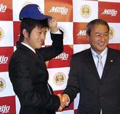 中日と仮契約し、中田宗男スカウト部長(右)と握手する名城大の山内壮馬投手=5日午後、名古屋市内のホテル