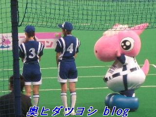 ベースボールメイツの女の子とパオロン(右)=2007ファン感謝デー