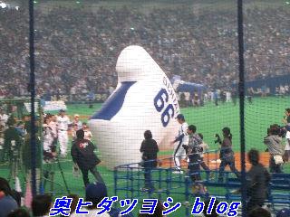 落合監督の大型バルーンを先に運んだチームパオロンが勝利=2007ファン感謝デー