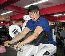 自主トレを行う新井良太=広島市内のスポーツクラブ「アスリート」