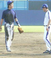 ノックを受けた新井良太選手(左)を指導する川相コーチ=ナゴヤ球場