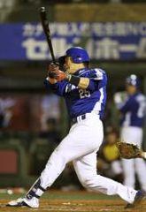 7回表、新井良太がセンターバックスクリーンにプロ初本塁打を放つ=Kスタ宮城