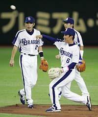 守備練習に取り組む荒木雅博(左)と井端弘和、後ろは森野将彦=東京ドーム