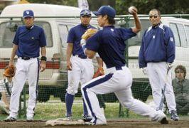 二塁ベースカバーの動きを見る(後方左から)荒木、森野、落合監督=北谷