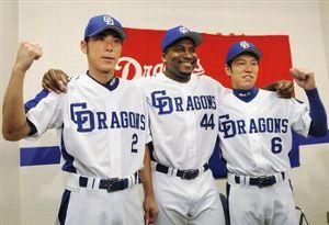 オールスター戦に選手間投票で選ばれ、笑顔でポーズをとる(左から)荒木雅博、タイロン・ウッズ、井端弘和=6日、ナゴヤドーム