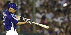 5回表、ノーアウト一、二塁で荒木雅博がレフトスタンドに3点本塁打を放つ=甲子園
