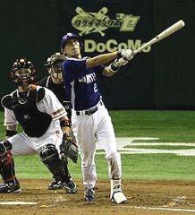 4回表、1アウト一、二塁、荒木が左中間に勝ち越し二塁打を放つ=東京ドーム