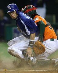 7回表、中日2アウト二塁、井端の内野安打で荒木(左)が二塁から一気に生還=東京ドーム