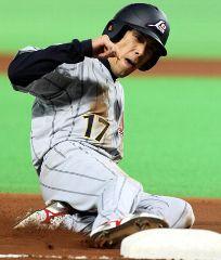 4回表、打者井端弘和のとき、2盗した荒木雅博は野手が後逸する間に三塁へすべり込む=ヤフードーム