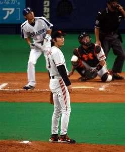 8回裏、荒木雅博が巨人・上原浩治(手前)から左越えに決勝ソロ本塁打を放つ=ナゴヤドーム