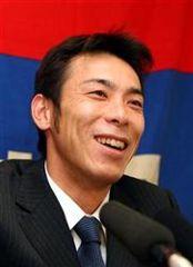 契約更改を終えて会見を行う荒木雅博=名古屋市中区・クラブ東海