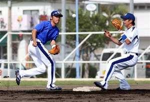 二遊間で併殺の練習をする荒木雅博と岩崎達郎=北谷公園野球場