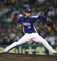 阪神戦に先発して1年ぶりとなる勝利を挙げた朝倉健太=甲子園球場