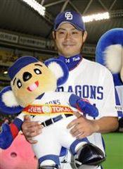 10勝目を挙げお立ち台で笑顔の朝倉=ナゴヤドーム