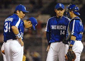 4回裏無死一、三塁のピンチで、マウンド上の朝倉(右から2人目)を励ましに集まる中日ナイン=広島