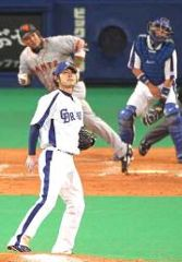 5回表、ラミレスに本塁打を浴びる朝倉=ナゴヤドーム