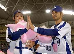 お立ち台でポーズを取るプロ初勝利を挙げた中日の浅尾拓也(左)とサヨナラ犠飛の英智=ナゴヤドーム