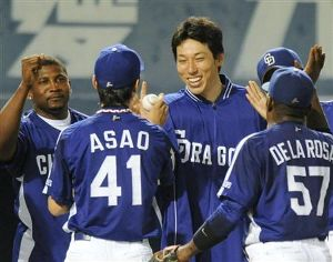 浅尾拓也から笑顔でウイニングボールを受け取る佐藤充=松山