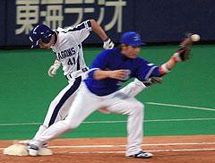 8月17日、中日対横浜、2回の打席で一塁に駆け込んだ際に左かかとを痛めた浅尾拓也=ナゴヤドーム