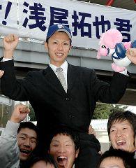 地元中日に3巡目で指名され、チームメートに祝福される日本福祉大の浅尾拓也投手