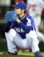 9回裏、前田智徳にサヨナラ打を浴びマウンドでしゃがむ浅尾拓也=マツダスタジアム