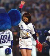 2007年サッポロビールイメージガールのあゆみが始球式を行う=ナゴヤドーム