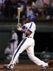 4回裏、1死1塁から左中間越え同点19号2ランを放つトニ・ブランコ=石川県立野球場