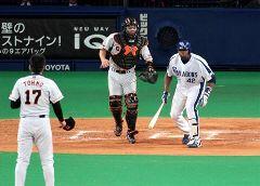 6回裏、東野(左)から首の後ろ付近に死球を受けて一瞬マウンドに向かう仕草をみせるブランコ=ナゴヤドーム