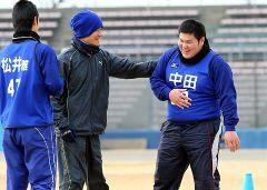 中日新人合同自主トレでバテ気味のブーちゃん中田亮二(右)=ナゴヤ球場