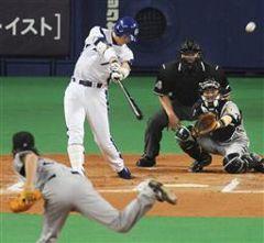 10回裏、李炳圭が左越えにサヨナラ本塁打を放つ。投手藤川球児=ナゴヤドーム