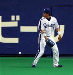 4回表、楽天・中島の右前打を後逸しボールを見失う李炳圭=ナゴヤドーム