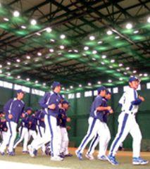 中日の秋季キャンプがナゴヤ球場でスタートして屋内練習場でランニングをする選手達