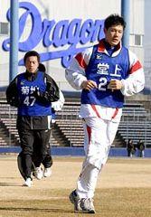 合同練習で汗を流す堂上直倫(右)と菊地正法=11日、ナゴヤ球場