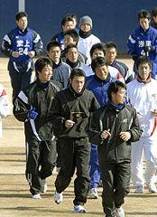 堂上直倫(左上)らと一緒にランニングする荒木雅博(手前から2人目)ら=ナゴヤ球場