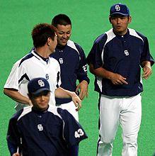 日本シリーズに向けて練習を再開してランニングする中日ナイン(左から)小笠原、岩瀬、谷繁、川上=ナゴヤドーム