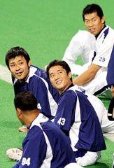 リラックスした表情で体をほぐす朝倉健太(中央左)、小笠原孝(43)、山井大介(29)、クルス(94)ら投手陣=ナゴヤドーム