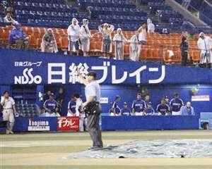 4回表終了後に雨が強まり審判がノーゲームを宣言=横浜スタジアム