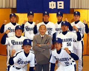 入団会見に臨んだ中日の新人9選手と落合監督(中央)=名古屋市中区