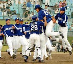 ファーム日本選手権で巨人を破り優勝を決め、大喜びの中日ドラゴンズナイン=山形