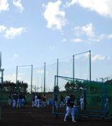 沖縄キャンプを打ち上げ、選手たちは片付けを行う