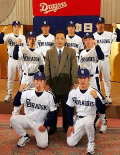 落合監督(中央)を囲み記念写真に納まる中日の新入団選手たち